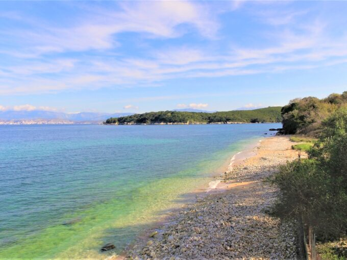 Flat plot in front of a pebble beach